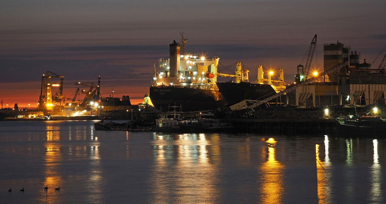 Afbeelding van Opruimen olie in Rotterdamse haven duurt nog enkele dagen